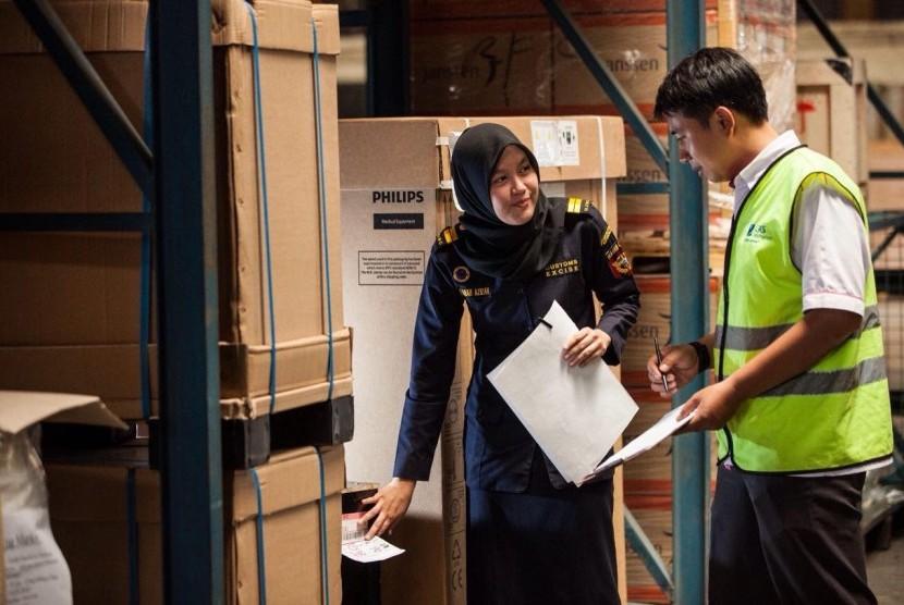 Petugas Bea Cukai memeriksa dokumen impor barang.