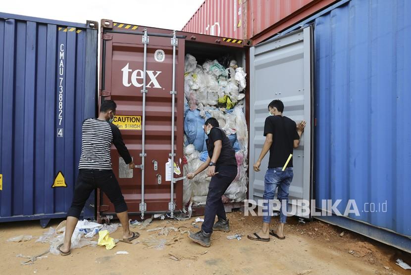 Petugas Bea dan Cukai Batam memeriksa salah satu dari 65 kontainer yang berisi sampah plastik yang diduga mengandung limbah bahan berbahaya dan beracun (B3) di Pelabuhan Batu Ampar, Batam, Kepulauan Riau, Sabtu (15/6/2019).