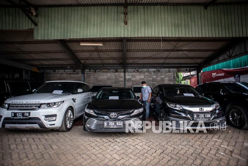 Petugas beraktivitas di dekat kendaraan sitaan milik tersangka kasus dugaan korupsi PT Asabri (Persero). (Ilustrasi)