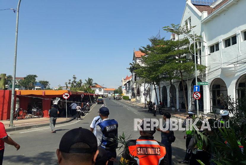 Petugas berjaga di sekitaran Polrestabes Surabaya