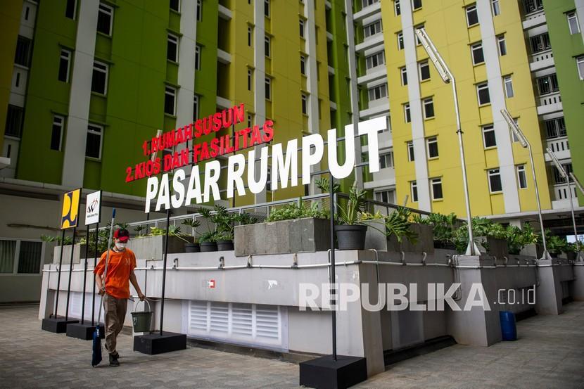Petugas berjalan di Rumah Susun Pasar Rumput, Manggarai, Jakarta, Senin (20/9/2021). Rumah Susun Pasar Rumput yang telah diresmikan Presiden Joko Widodo tersebut akan menampung warga terdampak program normalisasi Sungai Ciliwung.