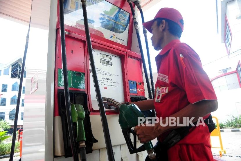 Petugas bersiap mengisi BBM non subsidi terbaru Pertamina Dexlite pada mobil di SPBU Cikini, Jakarta Pusat, Ahad (17/4). (Republika/Agung Supriyanto)