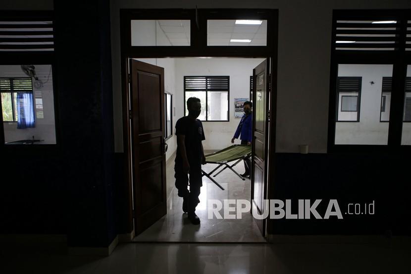 Petugas BPBD Kota Tangerang menyiapkan velbed di SMPN 30 Kota Tangerang, Banten, Senin (21/6/2021). Pemerintah Kota Tangerang akan menjadikan SMPN 30 Kota Tangerang sebagai rumah isolasi terkonsentrasi (RIT) khusus pasien COVID-19 lantaran kasur khusus pasien COVID-19 di RIT yang ada hampir terisi sepenuhnya.