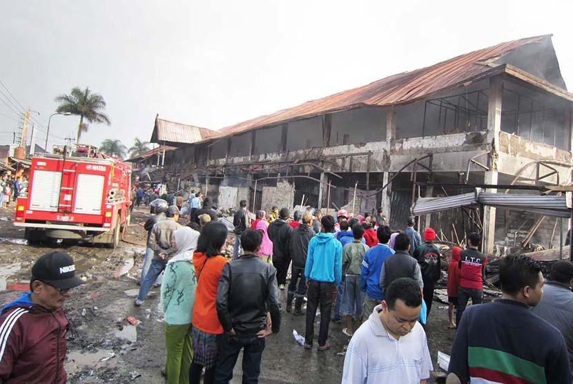 Warga melihat Pasar Lembang, Kabupaten Bandung Barat, yang hangus terbakar, Jumat (15/5).  (Republika/Edi Yusuf)