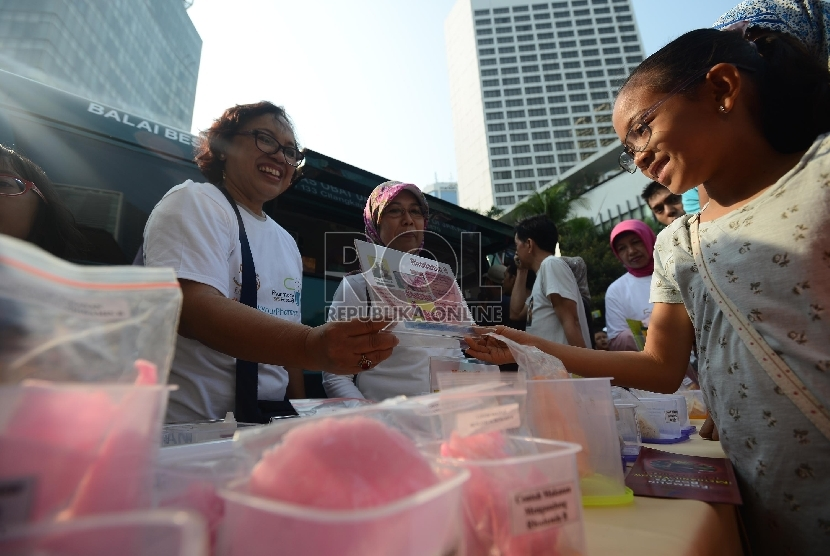 Petugas dari Badan Pengawas Obat dan Makanan (BPOM) menunjukan jenis-jenis makanan yang berbahaya kepada warga yang mengunjungi Car Free Day (CFD) Thamrin, Jakarta, Ahad (13/9). (Republika/Raisan Al Farisi)