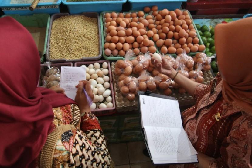 Petugas dari Tim Pengendali Inflasi Daerah (TPID) melakukan inspeksi mendadak ketersediaan telur ayam di pasar Pahing, Kota Kediri, Jawa Timur, Selasa (10/7).