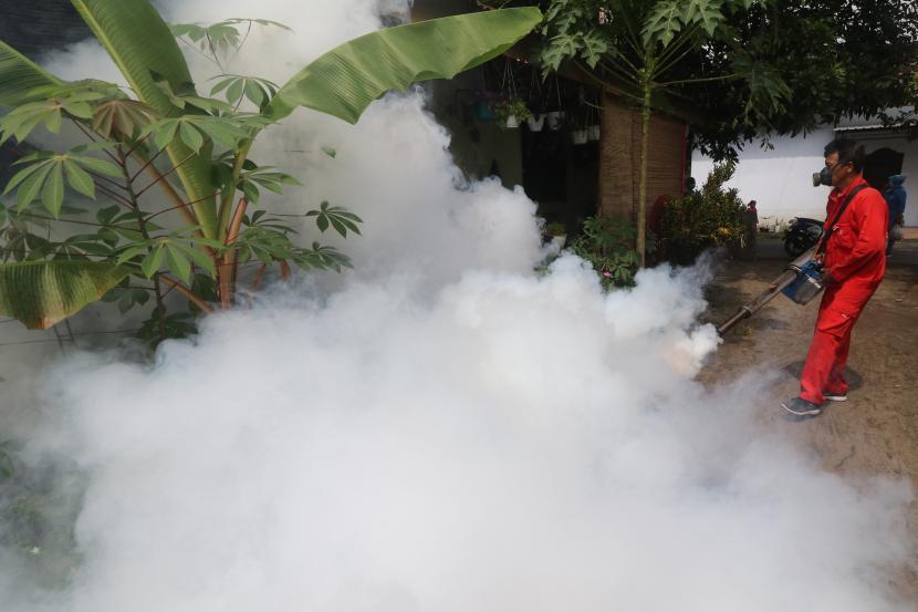 Petugas Dinas Kesehatan melakukan pengasapan (fogging) di permukiman warga untuk mengendalikan perkembangbiakan nyamuk penyebaran virus dengue.