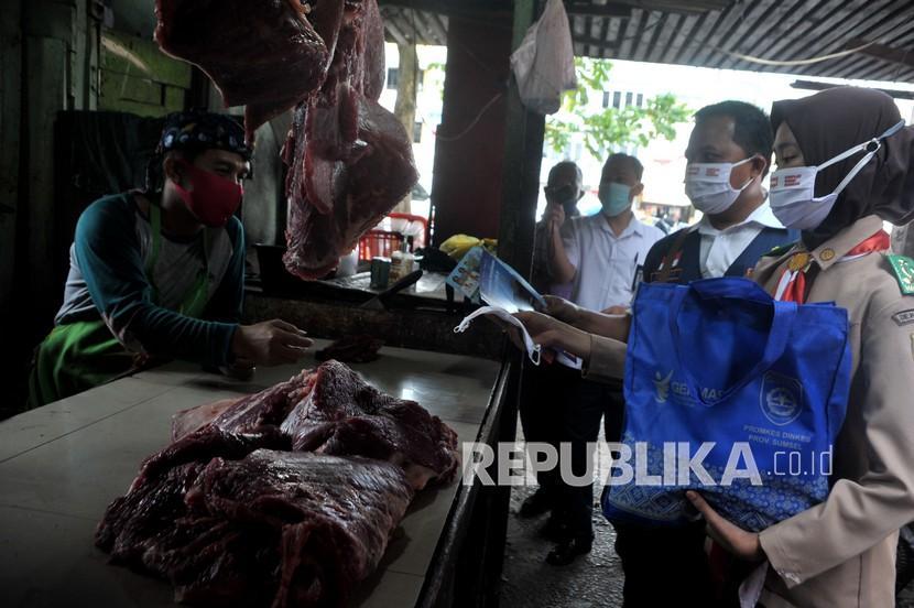 Petugas Dinas Kesehatan Provinsi Sumatra Selatan bersama anggota Pramuka melakukan sosialisasi penegakan protokol kesehatan, di Pasar Palima Palembang, Sumsel, Rabu (3/2/2021). Sosialisasi yang dilakukan di sejumlah titik pasar di Kota Palembang ini bertujuan untuk menekankan penegakkan protokol kesehatan di lingkungan pasar sekaligus memberikan edukasi tentang pentingnya vaksin COVID-19.