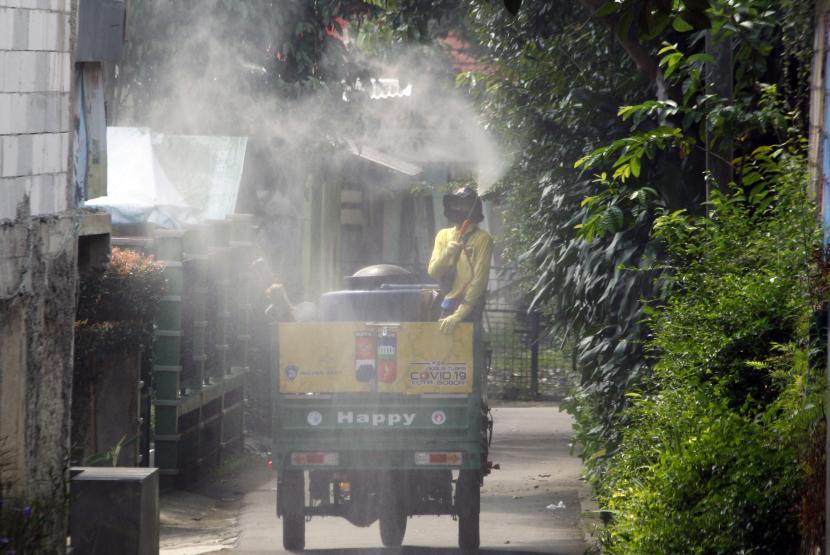 Petugas Dinas Lingkungan Hidup (DLH) Kota Bogor menyemprotkan cairan disinfektan di lingkungan sekitar Pondok Pesantren (Ponpes) Bina Madani di Kelurahan Harjasari, Kota Bogor, Jawa Barat.