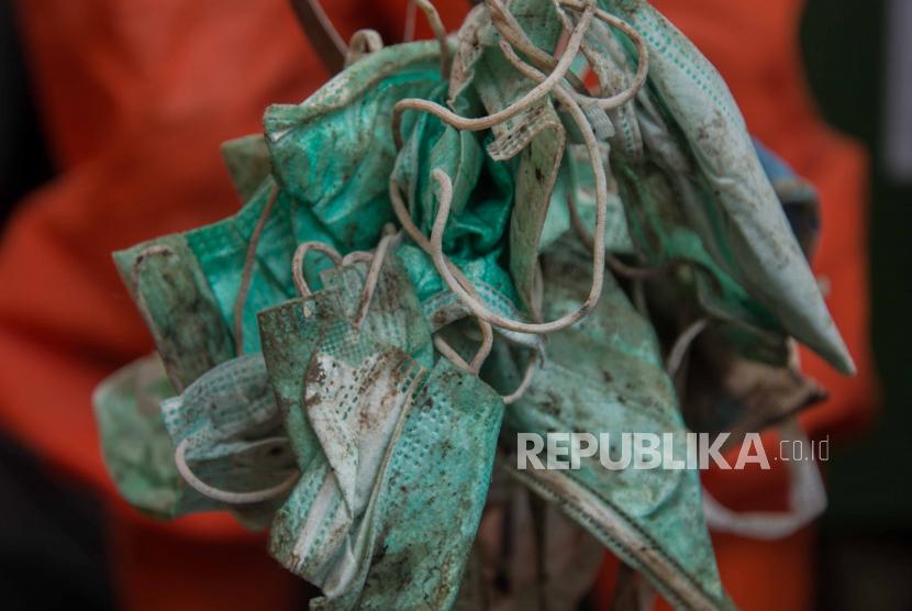 Petugas Dinas Lingkungan Hidup Jakarta TImur memilah sampah medis di TPS Dipo PLN Cililitan, Jakarta, Jumat (27/11). Menurut Dirjen Pengelolaan Sampah, Limbah dan B3 (PSLB3) Kementerian Lingkungan Hidup  volume limbah medis mengalami kenaikan per bulan Oktober 2020 mencapai 30-50 persen atau 1.662,75 ton.