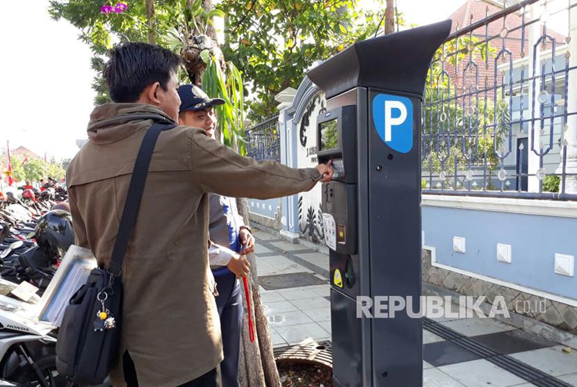 Alat parkir meter di Jalan Sedap Malam, Surabaya, Jawa Timur. (Ilustrasi)