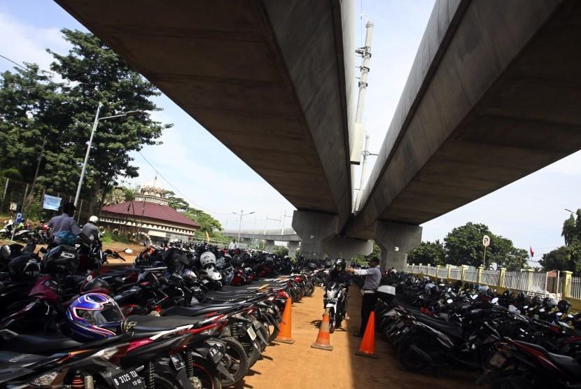 Petugas Dinas Perhubungan mengatur kenaraan di Park and ride Stasiun MRT Lebak Bulus, Jakarta, Kamis (28/3/2019).