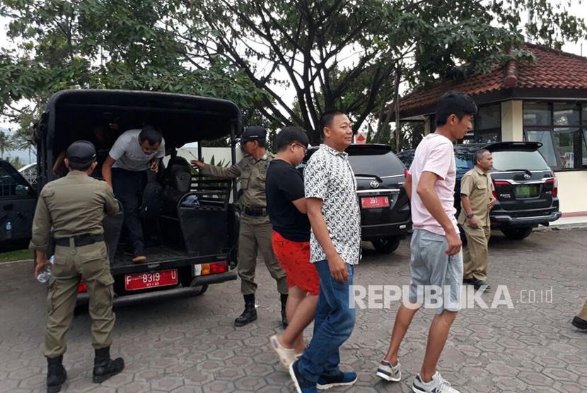 Petugas Dinas Tenaga Kerja dan Transmigrasi (Disnakertrans) Kabupaten Sukabumi membawa enam warga negara asing asal Cina ke Kantor Imigrasi Sukabumi Senin (23/10) sore.