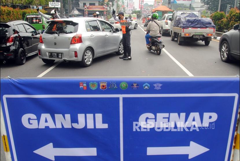 Petugas Dishub Kota Bogor mengatur lalu lintas saat pemberlakuan aturan ganjil genap di Jalan Pajajaran, Kota Bogor, Jawa Barat, Sabtu (19/6/2021). Pemkot Bogor kembali memberlakukan aturan ganjil genap untuk kendaraan roda dua dan empat pada setiap akhir pekan untuk mengurangi mobilitas warga sekaligus mengendalikan lonjakan kasus positif COVID-19 di Kota Bogor yang mencapai 204 kasus pada Kamis (17/6/2021).