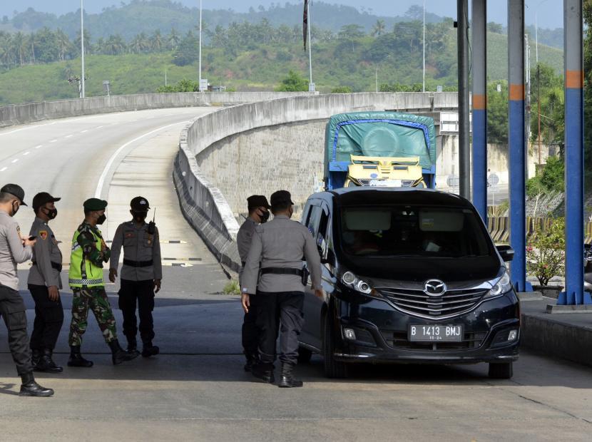 Petugas gabungan dari Polri, TNI, Dishub dan Sat Pol PP memberhentikan dan memeriksa kendaraan yang akan melakukan perjalanan menggunakan kapal ferry di Pelabuhan Bakauheni Lampung Selatan, Lampung.