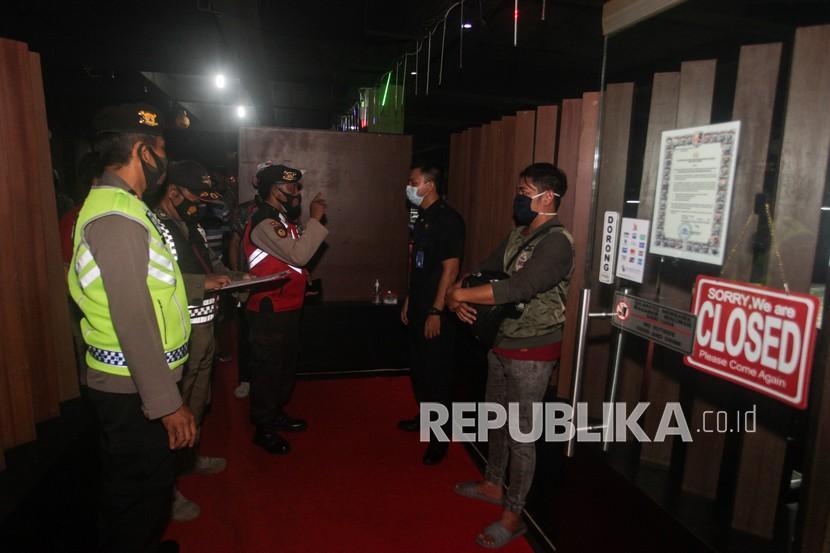 Petugas gabungan memberi teguran kepada penjaga tempat hiburan yang melanggar jam malam saat razia