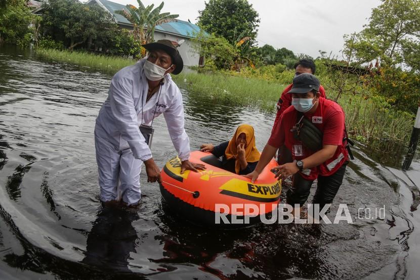 Petugas gabungan mengevakuasi warga terdampak banjir. Ilustrasi.