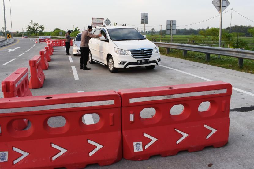 Petugas gabungan menghentikan kendaraan saat penyekatan dalam rangka larangan mudik di pos penyekatan exit Tol Dumpil, Kabupaten Madiun, Jawa Timur, Sabtu (8/5/2021). Penyekatan oleh petugas gabungan TNI, Polri, Satpol PP, Badan Penanggulanan Bencana Daerah (BPBD) dan ormas itu untuk mengantisipasi pemudik masuk wilayah Kabupaten Madiun guna mencegah penularan COVID-19 dan beberapa kendaraan terpaksa harus berputar balik karena tak bisa menunjukkan surat keterangan bebas COVID-19.