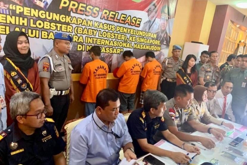 Petugas gabungan Tim Bea Cukai Makassar dan Tim Balai Besar Karantina Ikan, Pengendalian Mutu dan Keamanan Hasil Perikanan (BKIPM) Makassar, Kepolisian Daerah Sulsel, dan Aviation Security berhasil menggagalkan penyelundupan ribuan benih lobster.