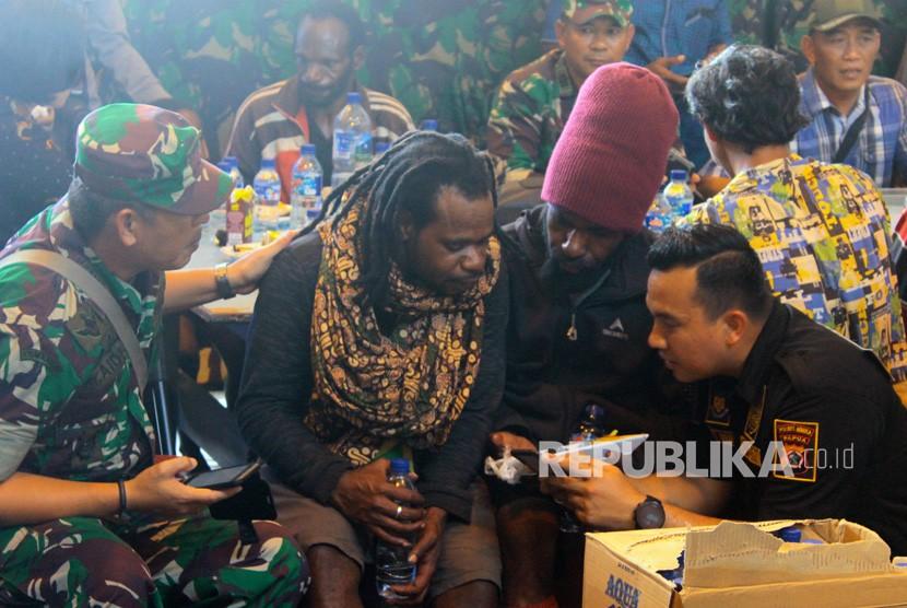 Petugas gabungan TNI dan Polri mendata keluarga korban penembakan kelompok kriminal bersenjata (KKB) di Bandara Mozes Kilangin Timika, Mimika, Papua, Kamis (6/12/2018).