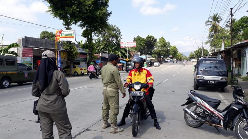 Petugas gugus tugas Covid-19, Pemkab Purbalingga menggelar razia masker.