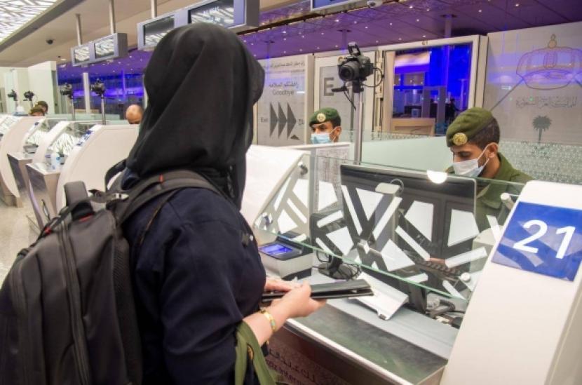 Saudi Izinkan Turis Divaksinasi Sinovac Masuk, Ini Syaratnya. Petugas imigrasi di bandara Arab Saudi.
