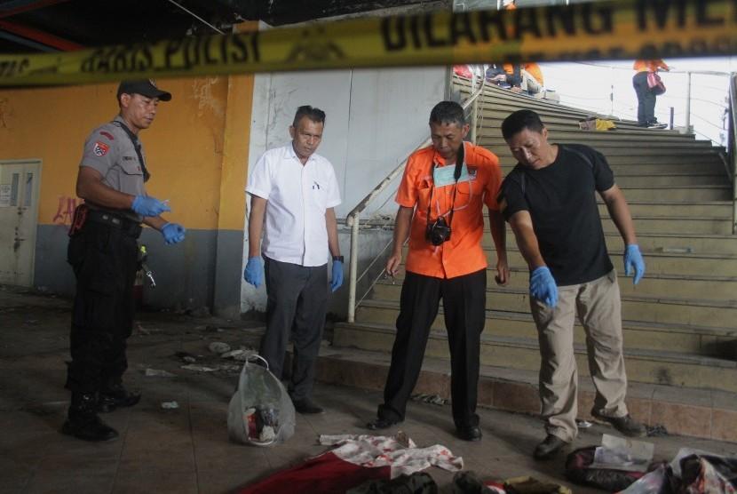 Petugas Indonesia Automatic Fingerprint Identification System (INAFIS) Polda Jatim melakukan olah Tempat Kejadian Perkara (TKP) kasus pembunuhan mutilasi di Pasar Besar Malang, Jawa Timur, Rabu (15/5/2019).