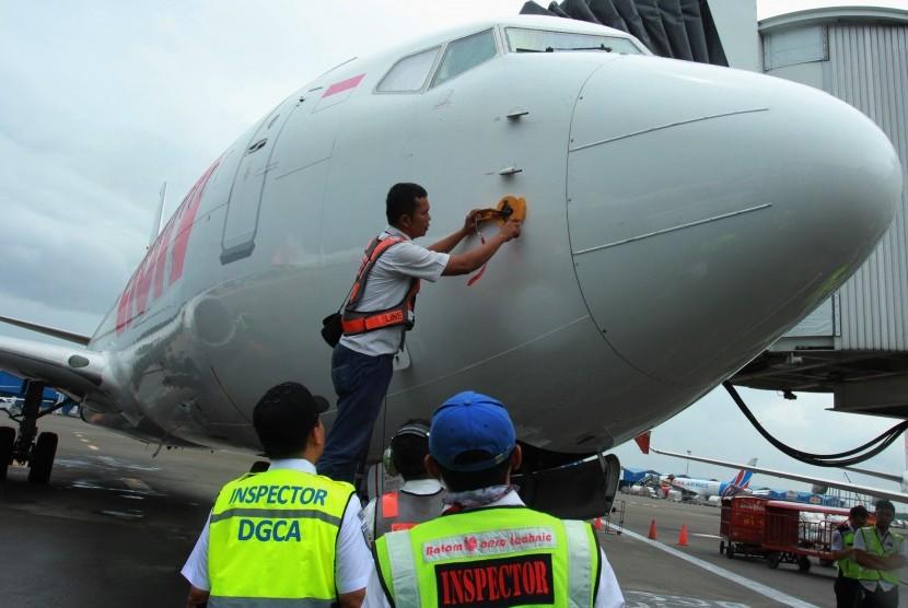 Petugas Inspektur Kelaikudaraan DKPPU Kementerian Perhubungan dan tekhnisi Lion Air melakukan pemeriksaan seluruh mesin dan kalibrasi dengan menggunakan alat simulasi kecepatan dan ketinggian pesawat pada pesawat Boing 737-8Max milik Lion Air di Bandara Soekarno Hatta, Tangerang, Banten, Selasa (12/3/2019).