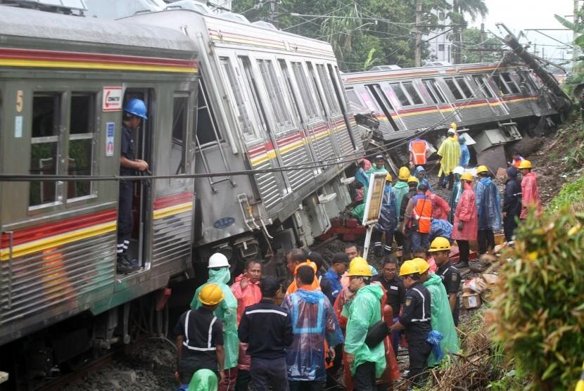 Petugas KAI mengevakuasi gerbong KRL Commuter Line 1722 yang anjlok di pintu perlintasan Kebon Pedes, Tanah Sareal, Kota Bogor, Jawa Barat, Minggu (10/3/2019).