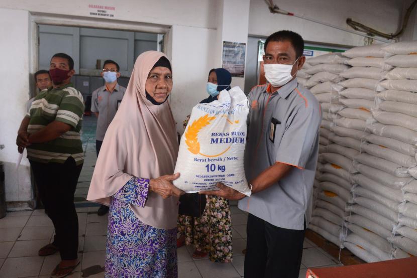 Pembagian Bantua Sosial Tunai Bst Di Aceh Dan Bali Republika Online