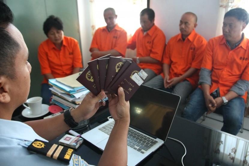 Petugas Kantor Imigrasi menahan tenaga kerja ilegal asal Cina. (Ilustrasi)
