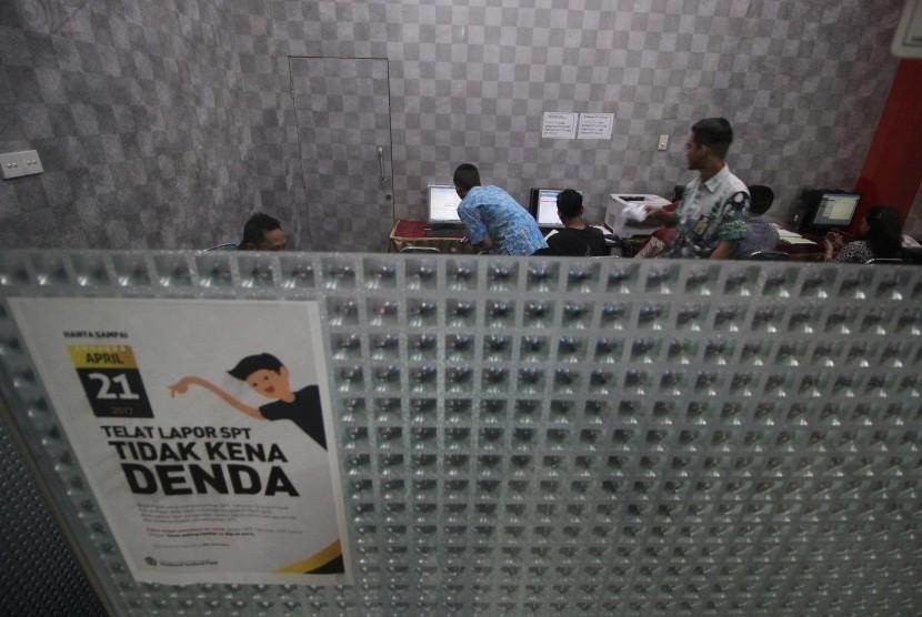 Petugas kantor pelayanan pajak melayani wajib pajak dalam pelaporan Surat Pemberitahuan Tahunan (SPT) Pajak Penghasilan (PPh) Orang Pribadi (OP) tahun 2016 di Kanwil Direktorat Jenderal Pajak (DJP) Jawa Timur I, Surabaya, Jawa Timur, Jumat (21/4).