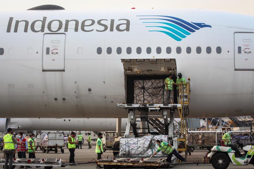 Petugas kargo membongkar muat vaksin Covid-19 AstraZeneca bantuan Prancis untuk Indonesia setiba di Bandara Soekarno Hatta, Kota Tangerang, Banten, Kamis (2/9/2021).