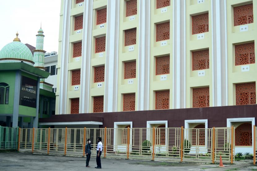Petugas keamanan berada di halaman Asrama Haji Bekasi, Jawa Barat, Rabu (23/6). Kementerian Agama (Kemenag) memberikan izin kepada sedikitnya 27 dari 31 Asrama Haji di seluruh Indonesia untuk digunakan sebagai ruang isolasi pasien Covid-19 seiring dengan melonjaknya kasus Covid-19 di sejumlah daerah beberapa waktu terakhir ini.