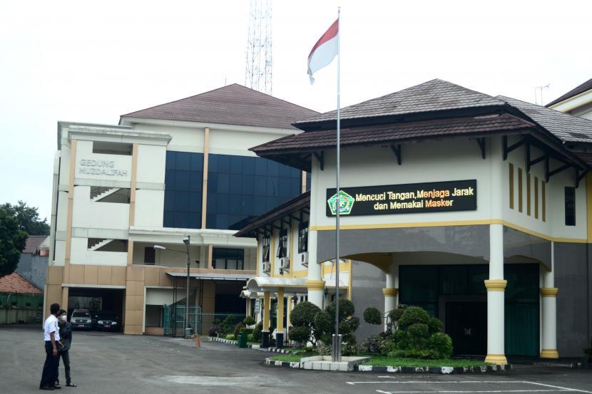 Petugas keamanan berada di halaman Asrama Haji Bekasi, Jawa Barat, Rabu (23/6/2021). Kementerian Agama (Kemenag) memberikan izin kepada sedikitnya 27 dari 31 Asrama Haji di seluruh Indonesia untuk digunakan sebagai ruang isolasi pasien COVID-19 seiring dengan melonjaknya kasus COVID-19 di sejumlah daerah beberapa waktu terakhir ini.
