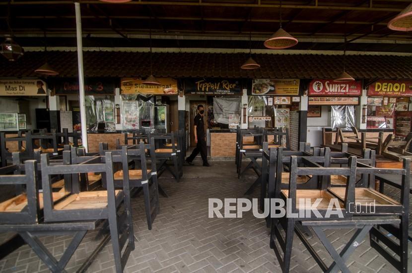 Petugas keamanan berjaga di area kedai Paskal Food Market yang tutup di Bandung, Jawa Barat, Jumat (2/7/2021). Rumah makan diizinkan boleh beroperasi hanya untuk melayani pesanan untuk dibawa pulang selama Pemberlakuan Pembatasan Kegiatan Masyarakat (PPKM) Darurat di Pulau Jawa-Bali pada 3-20 Juli 2021 sebagai upaya menekan penyebaran COVID-19.