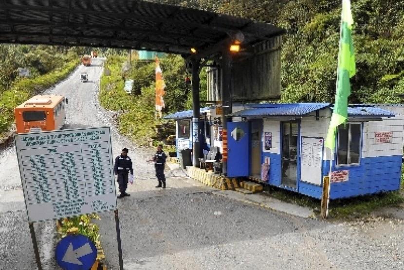 Petugas keamanan berjaga di pos pemeriksaan di Kawasan MP66 Hidden Valley, Tembagapura, Mimika.