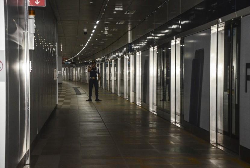 Petugas keamanan berjaga di Stasiun MRT Bendungan Hilir saat terjadinya padam listrik di Jakarta Pusat, Ahad (4/8). Layanan Transportasi MRT (Mass Rapid Transit) terhenti akibat adanya padam listrik di Jabodetabek.