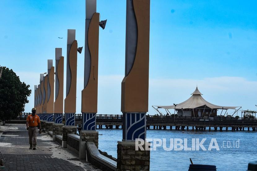 Petugas keamanan berpatroli di kawasan Pantai Timur Ancol di Jakarta, Senin (25/5/2020). Memasuki hari kedua Idul Fitri 1441 H, suasana Pantai Ancol sepi dari pengunjung akibat masih ditutup selama pemberlakuan Pembatasan Sosial Berskala Besar (PSBB).