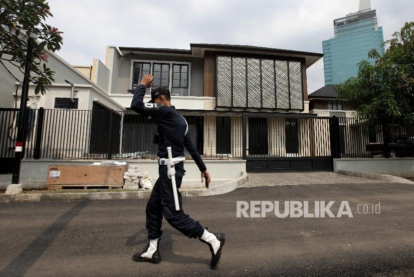 Petugas keamanan melintasi Rumah baru Presiden RI ke-VI Susilo Bambang Yudhoyono di kawasan Mega Kuningan , Jakarta, Ahad (29/10).