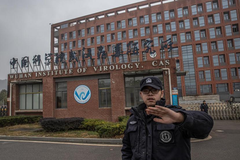 Petugas keamanan mencoba mencegah fotografer mengambil gambar Institut Virologi Wuhan (WIV), Wuhan, China, 27 January 2021. Sebuah laporan yang diperoleh Amerika Serikat menyebut bahwa kepala lab mengirimkan e-mail kepada stafnya berisi larangan membicarakan virus corona di muka publik.
