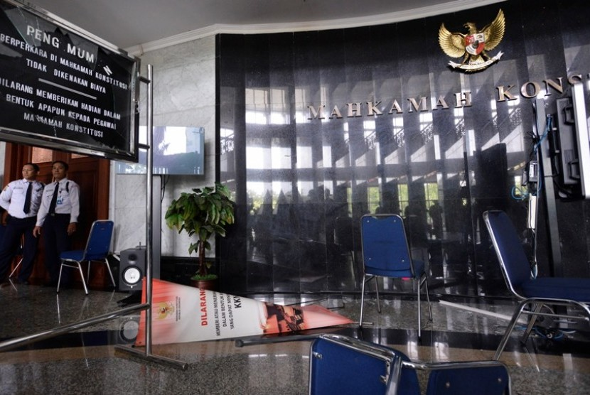 Petugas keamanan menjaga ruang sidang Mahkamah Konstitusi usai rusuh saat sidang putusan sengketa ulang Pemilukada Maluku, Jakarta Pusat, Kamis (14/11).