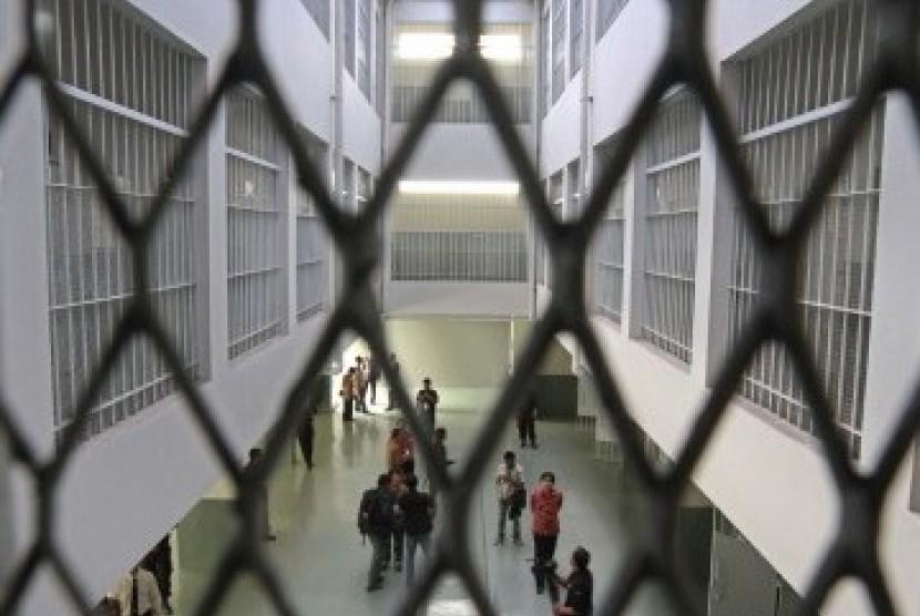 Petugas keamanan menutup sejumlah pintu sel yang berada di lantai dasar Rumah Tahanan khusus Tindak Pidana Korupsi (Tipikor) yang berada di kompleks Lapas Cipinang Klas I, Jakarta Timur (Ilustrasi)