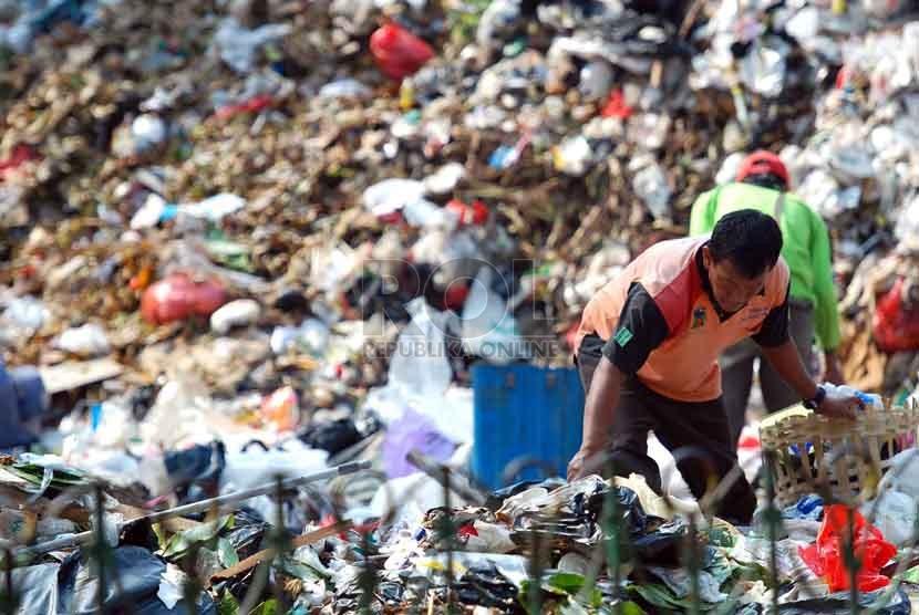 Petugas kebersihan memilah sampah di Tempat Pembuangan Sementara (TPS) Kawasan Pangadegan, Kalibata, Jakarta Selatan, Rabu (20/8). (Republika/Raisan Al Farisi)