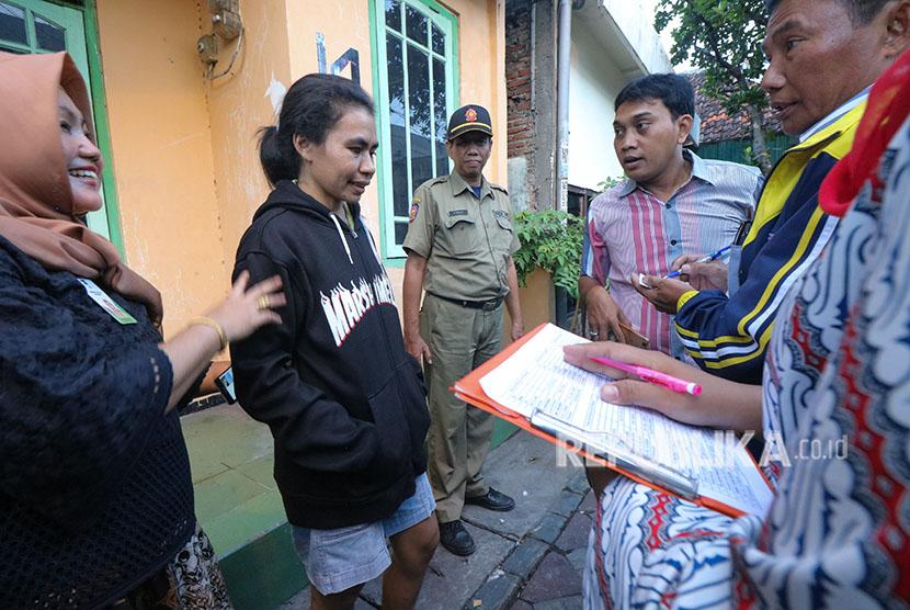 Petugas mendata warga yang tinggal di indekos / Ilustrasi
