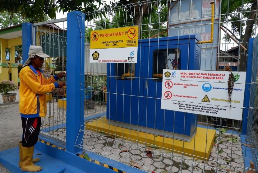 Petugas kecamatan mengecek regulator jaringan pipa gas bumi milik Perusahaan Gas Negara (PGN) di kantor Camat Medan Denai, Sumatera Utara, Senin (22/4/2019).
