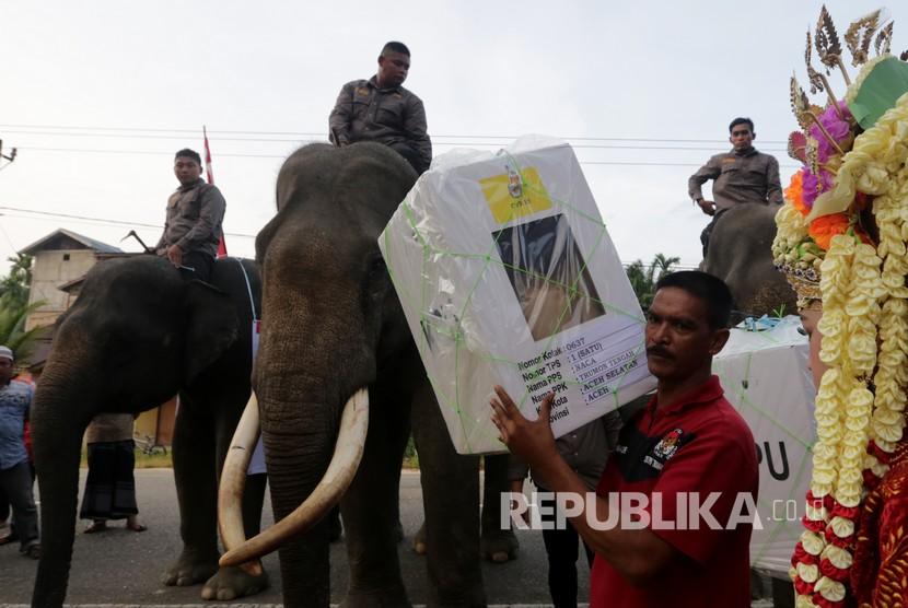 Petugas Kelompok Penyelenggara Pemungutan Suara (KPPS) mengangkut logistik pemilihan umum (pemilu) serentak 2019 dengan Gajah Sumatra jinak dari kantor Kecamatan ke TPS di Desa wisata Naca Trumon Tengah, Aceh Selatan, Aceh, Rabu (17/4/2019).