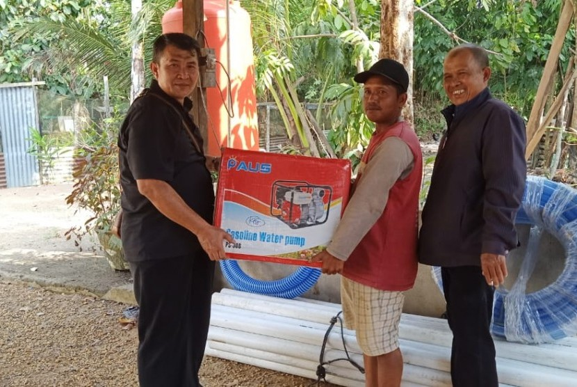 Petugas kementan memberikan bantuan pompa air untuk petani di daerah yang mengalami kekeringan