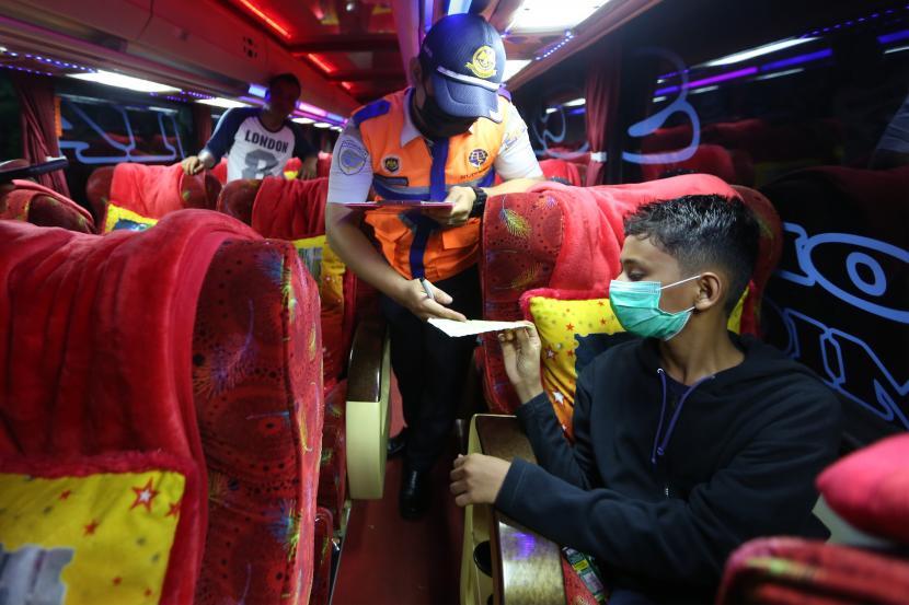 Pemuda Muhammadiyah Dukung Larangan Mudik. Petugas Kementerian Perhubungan memeriksa surat kelengkapan penumpang bus Antar Kota Antar Provinsi (AKAP) Terbatas di terminal tipe A Batoh, Banda Aceh, Aceh, Kamis (6/5/2021). Suasana terminal bus AKAP yang malayani transportasi dengan tujuan berbagai provinsi di pulau Sumatera dan Jawa terpantau sepi terkait adanya pemberlakuan larangan mudik Hari Raya Idul Fitri 1442 Hijriah pada 6-17 Mei 2021.