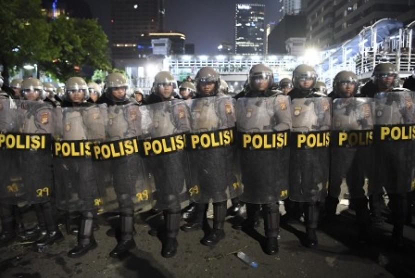 Petugas kepolisian berjaga di depan Gedung Bawaslu, Jakarta. (Ilustrasi)